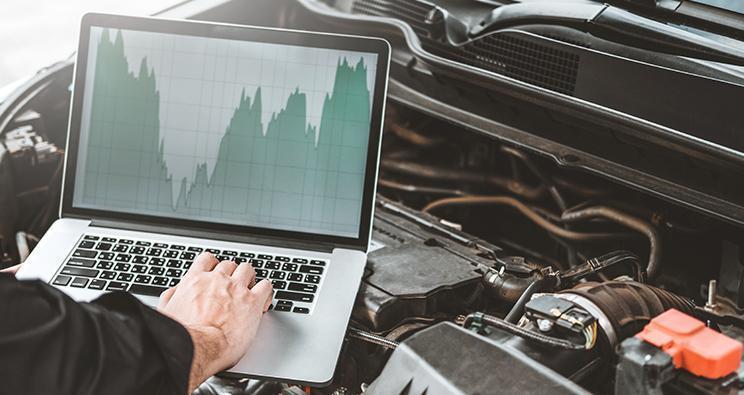 Mechanik sprawdza silnik zapomocą komputera diagnostycznego